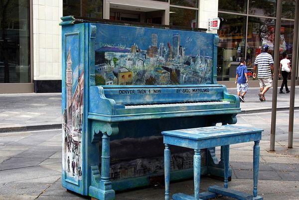 Độc đáo những chiếc đàn piano sắc màu giữa thành thị 10