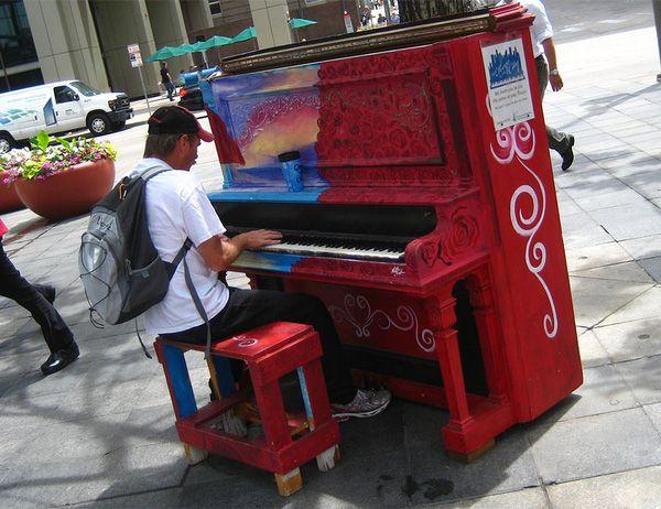 Độc đáo những chiếc đàn piano sắc màu giữa thành thị 11