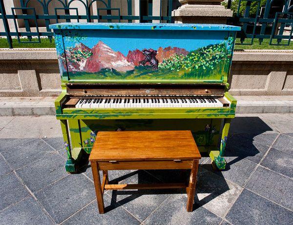 Độc đáo những chiếc đàn piano sắc màu giữa thành thị 12