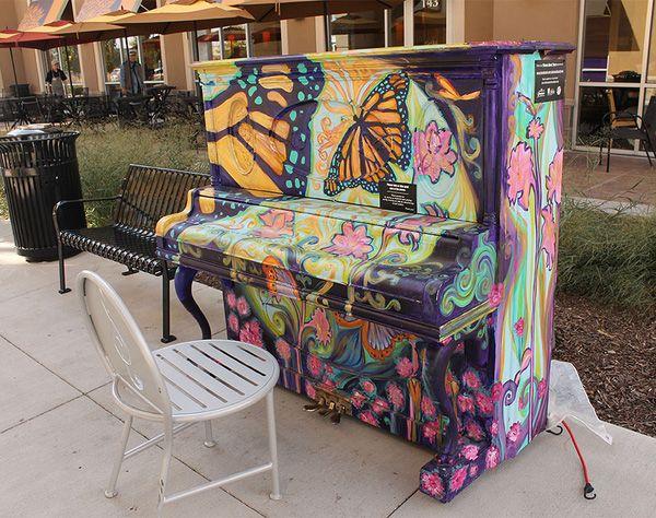 Độc đáo những chiếc đàn piano sắc màu giữa thành thị 15
