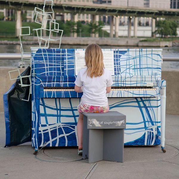 Độc đáo những chiếc đàn piano sắc màu giữa thành thị 16