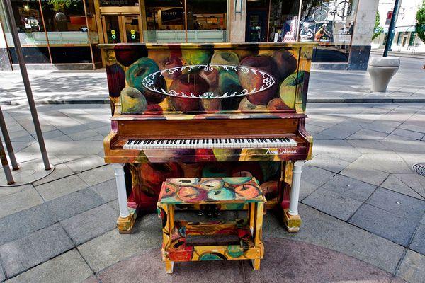 Độc đáo những chiếc đàn piano sắc màu giữa thành thị 19