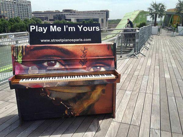 Độc đáo những chiếc đàn piano sắc màu giữa thành thị 20