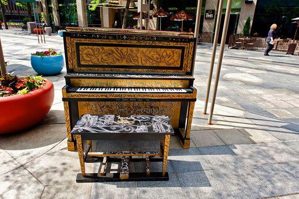 Độc đáo những chiếc đàn piano sắc màu giữa thành thị 21