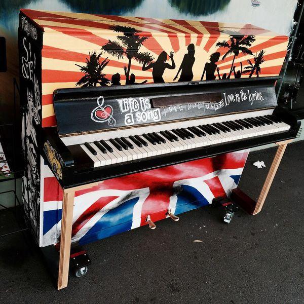 Độc đáo những chiếc đàn piano sắc màu giữa thành thị 24