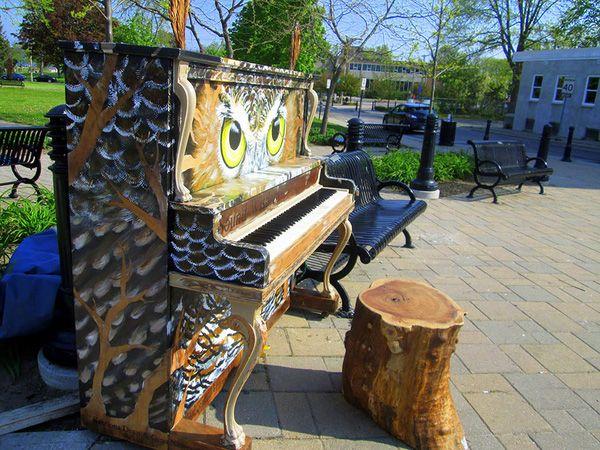 Độc đáo những chiếc đàn piano sắc màu giữa thành thị 3