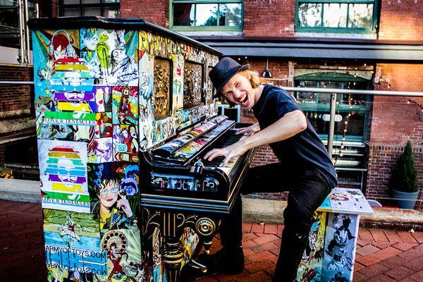 Độc đáo những chiếc đàn piano sắc màu giữa thành thị 8