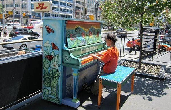 Độc đáo những chiếc đàn piano sắc màu giữa thành thị 9