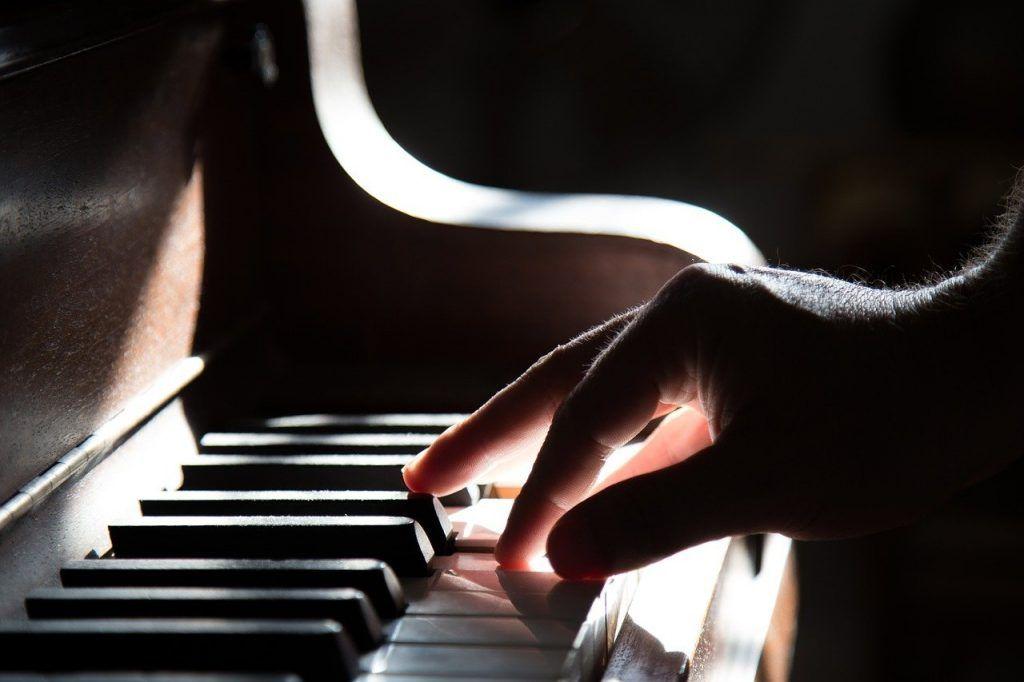 Cách định vị ngón tay khi chơi đàn piano ảnh 1