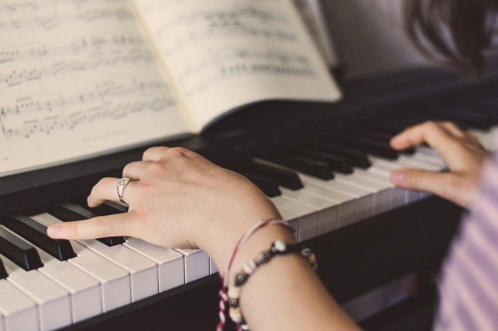 Cách định vị ngón tay khi chơi đàn piano ảnh 2