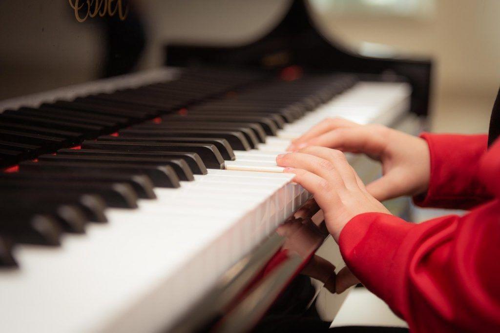 Cha mẹ hãy đồng hành cùng trẻ khi học đàn piano ảnh 1