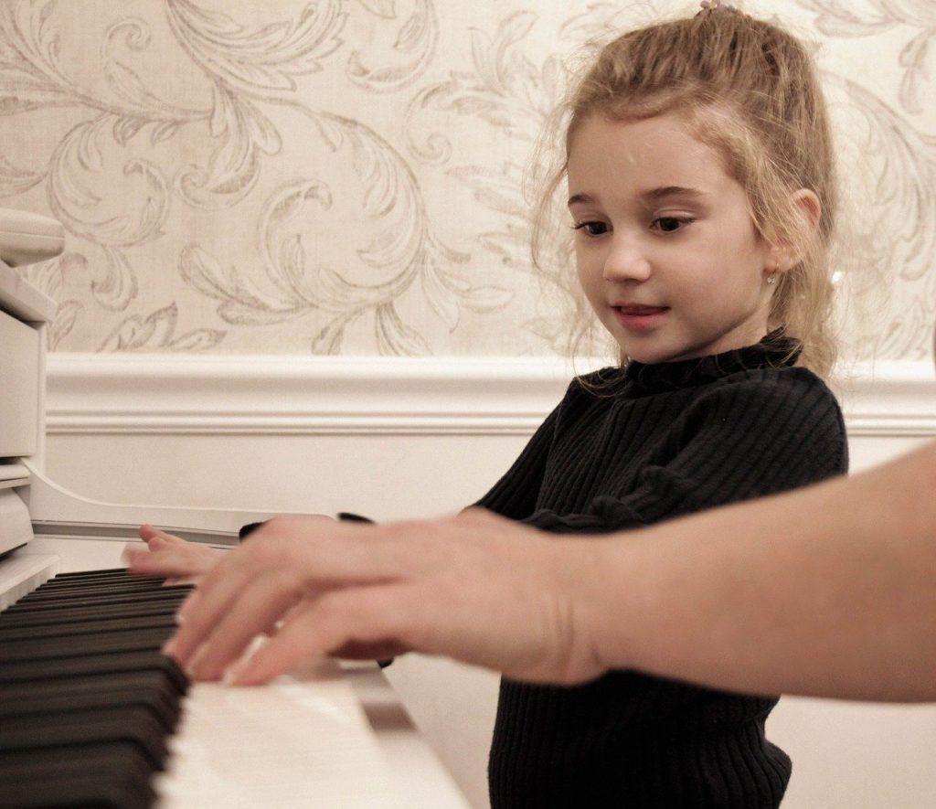 Cha mẹ hãy đồng hành cùng trẻ khi học đàn piano ảnh 2