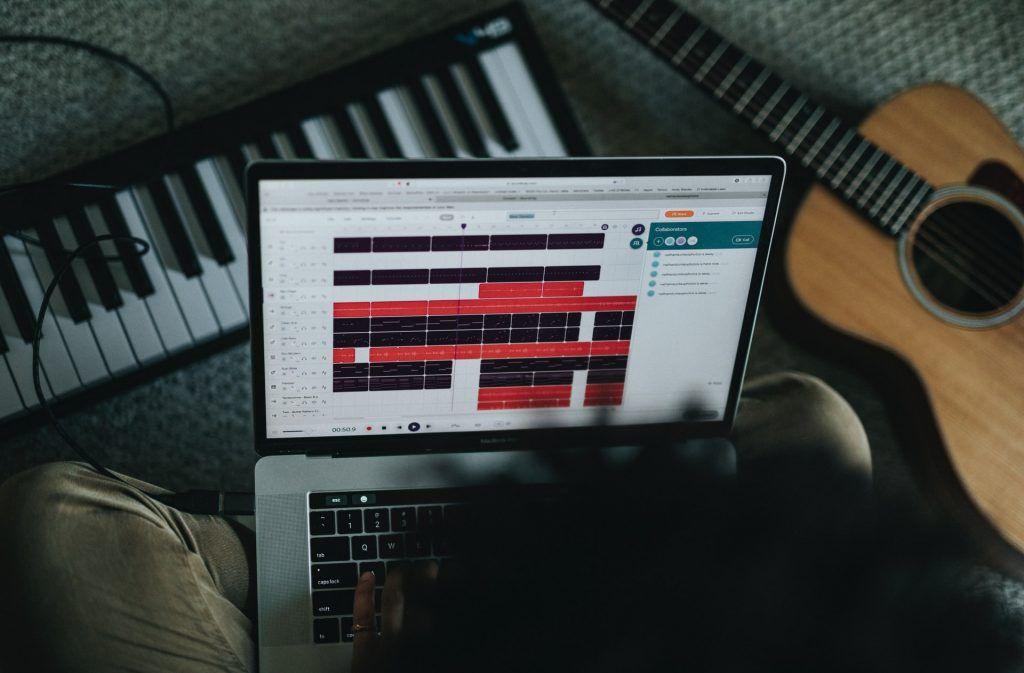 Nên học đàn piano online hay trực tiếp? ảnh 2