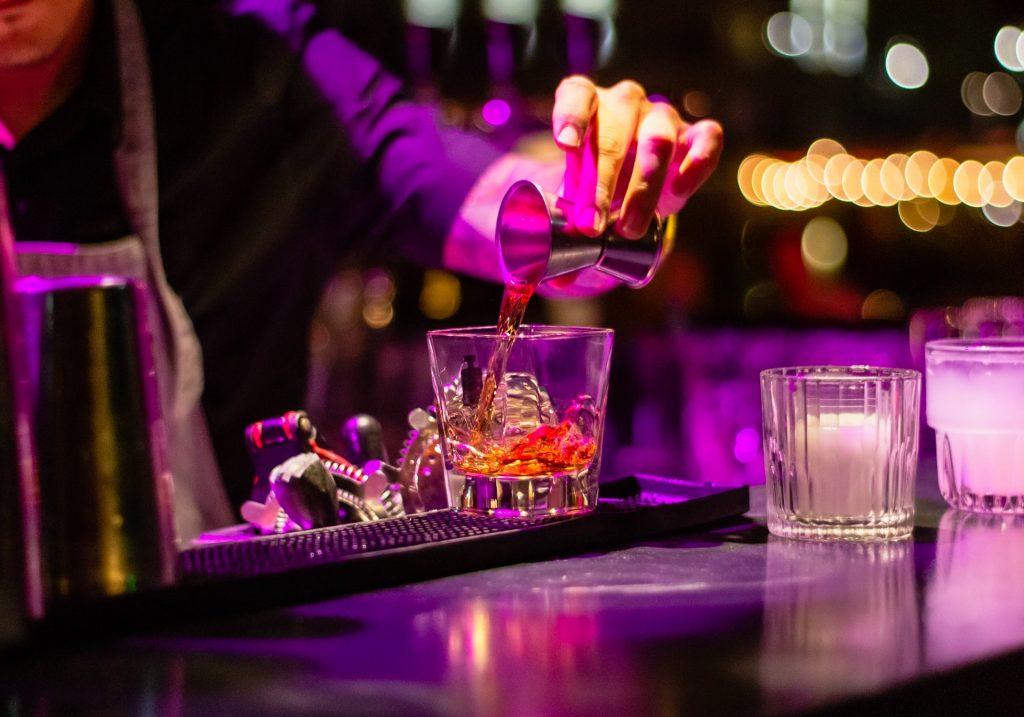 Bar, pub mở nhạc lớn có khiến chúng ta uống nhiều hơn ảnh 1